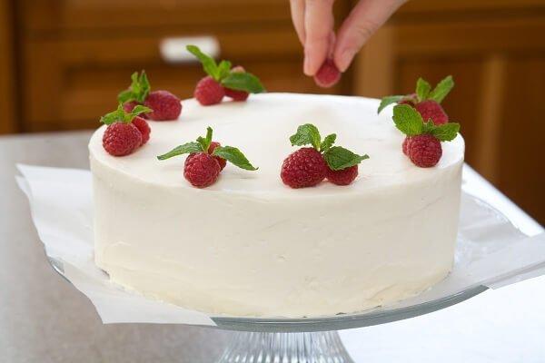 Bạn có thể thêm lớp kem whipping để bánh bông lan thơm ngon hơn