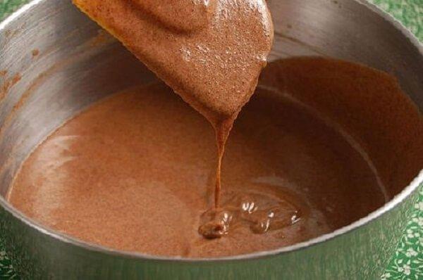 Cho bột bánh bông lan socola vào nồi cơm điện rồi nướng lên cho đến khi chín