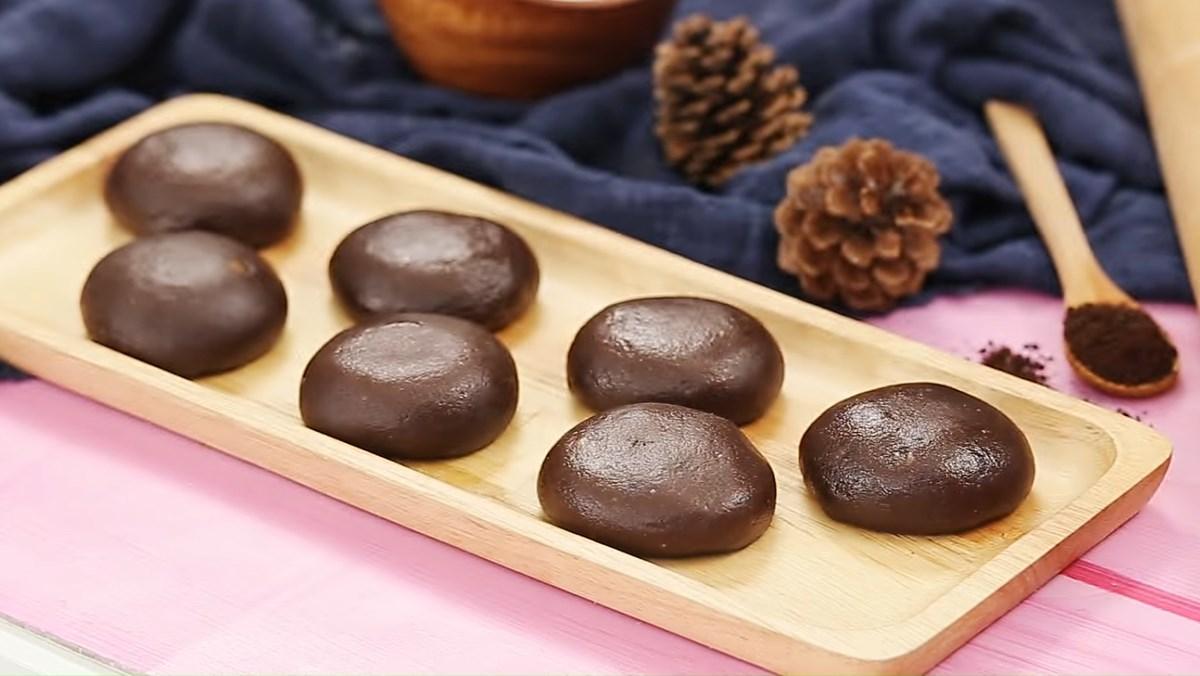 Bánh bao chay nhân socola tan chảy sau khi tạo hình thì cho vào lò vi sóng quay khoảng 10 giây