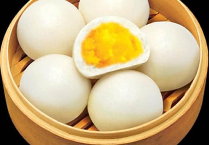 Đặt bánh bao nhân trứng sữa vào giấy nến và hấp trong 40 - 45 phút