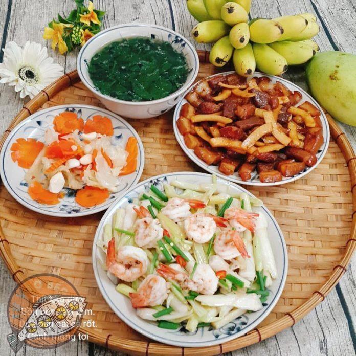 Canh rau mồng tơi, dưa bắp cải cà rốt bóp chua, rau bồn bồn xào tôm, thịt lợn kho dừa, chuối, xoài