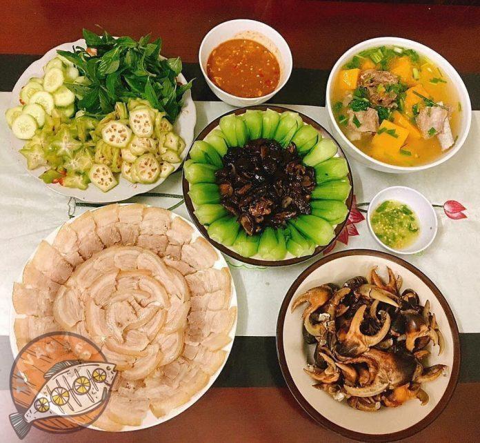 canh xương hầm cả rốt, thịt heo luộc, càng cua luộc, cải chíp xào nấm, hoa quả trộn