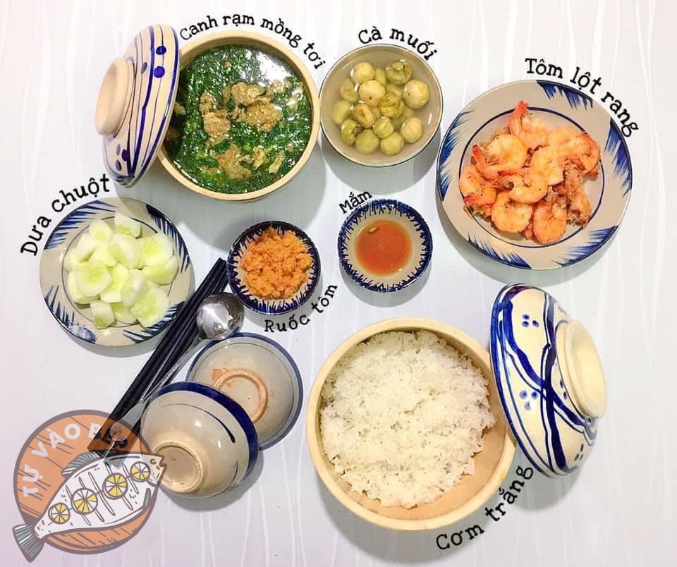 canh rạm nấu mồng tơi, cà muối, tôm lột rang, dưa chuột, ruốc tôm