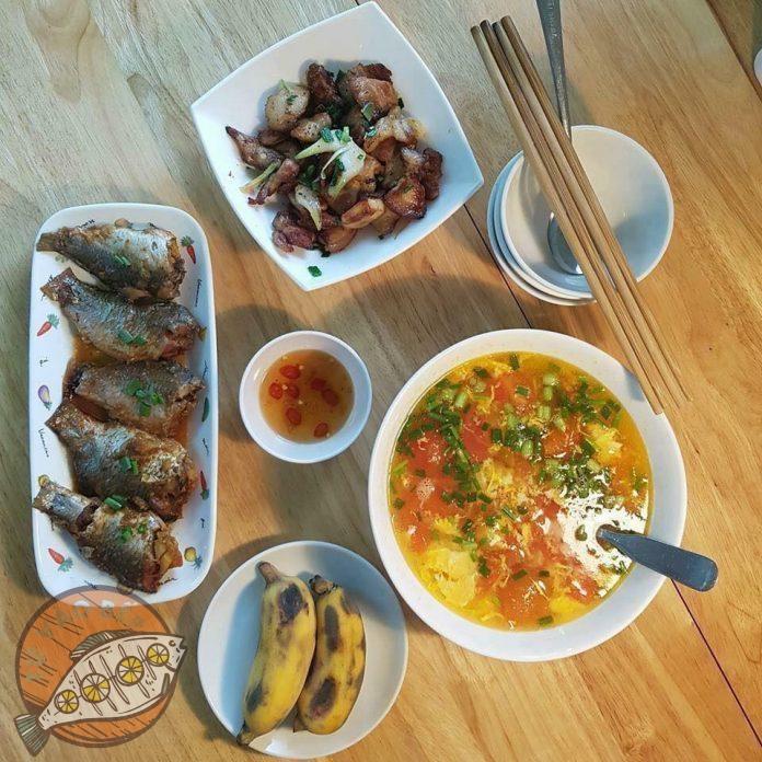 canh trứng cà chua, cá rô phu rim nước mắm, thịt rang cháy cạnh, chuối