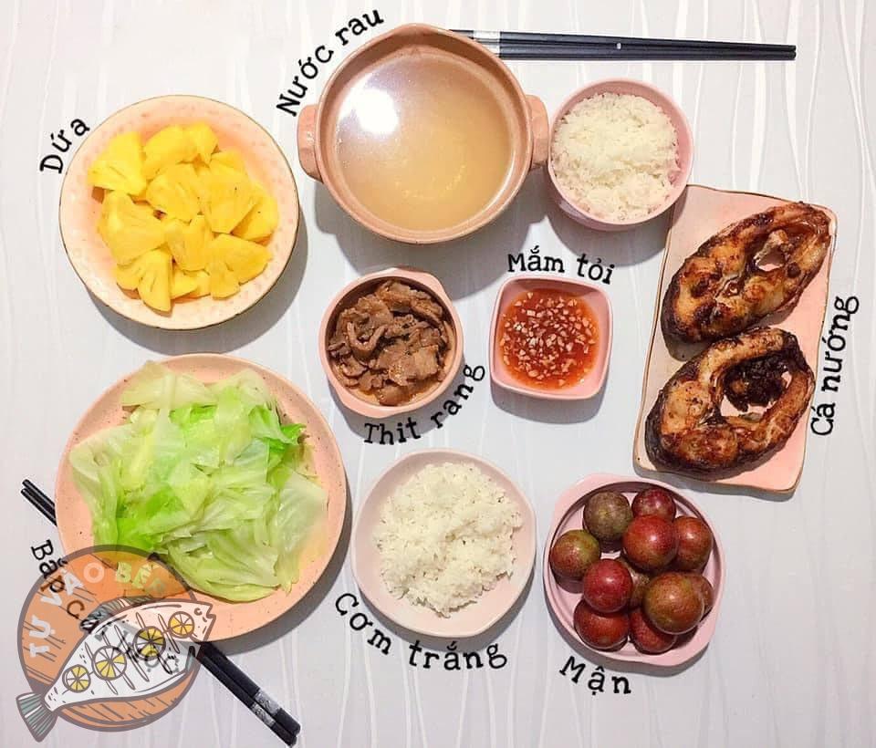 rau bắp cải luộc, cá nướng, thịt heo rang, nước rau luộc, mắm tỏi, dứa, mận