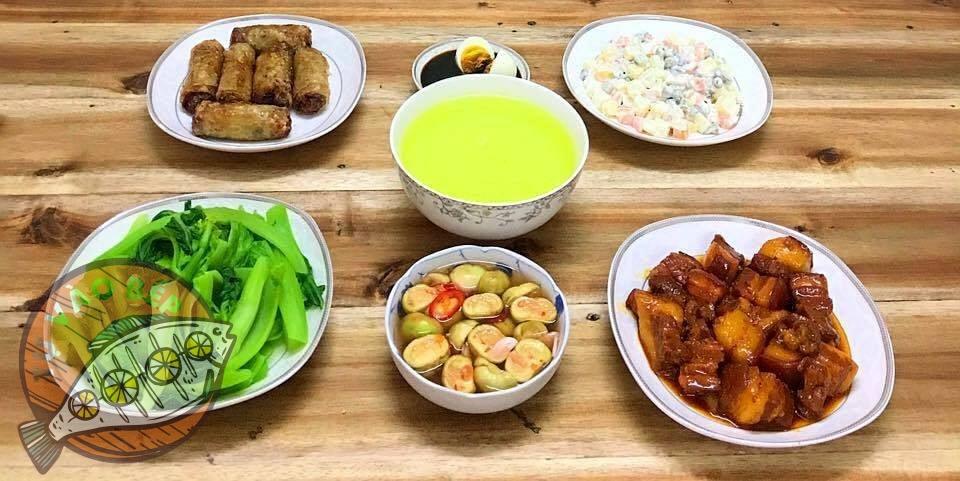 rau cải luộc, thịt kho tàu, nem rán, cà muối, salat hoa quả