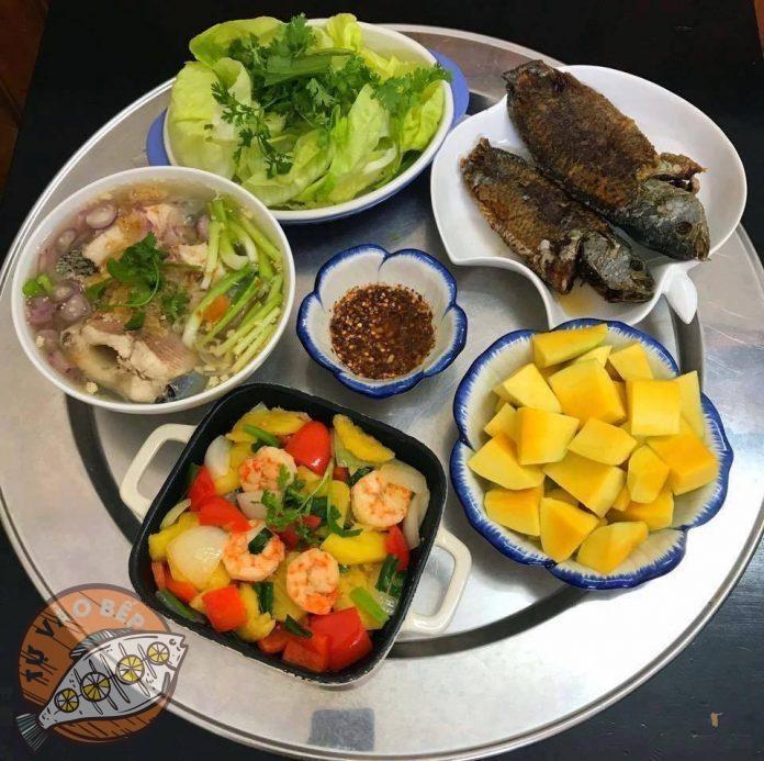 cá rán, canh cá nấu chua, tôm xào thập cẩm, xà lách, xoài