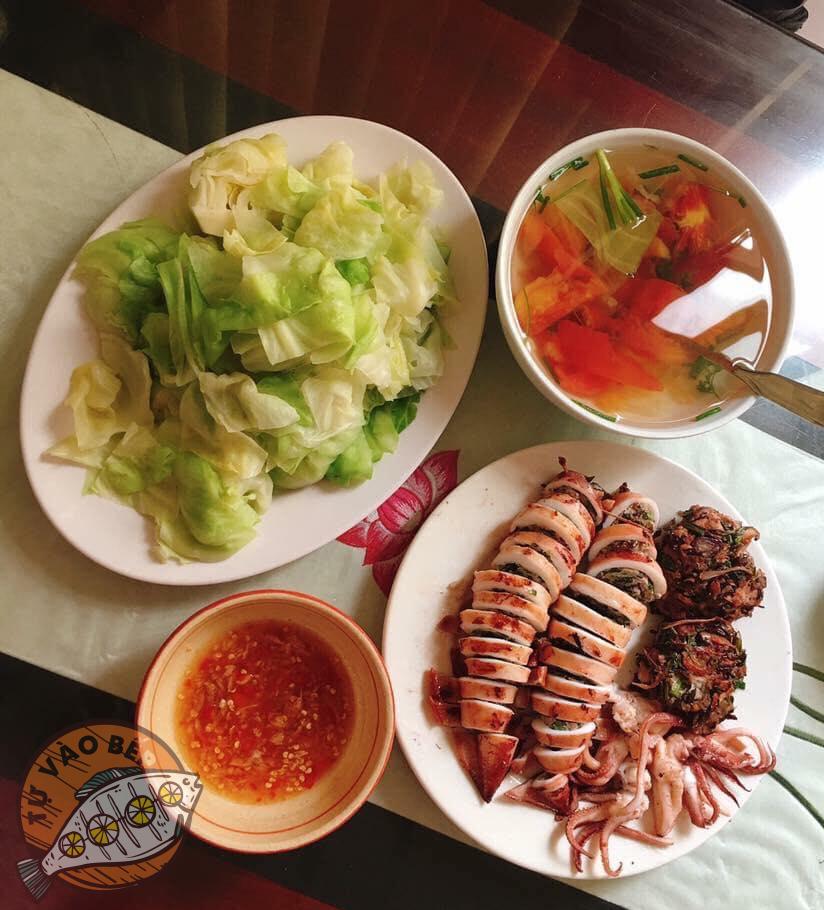 bắp cải luộc, canh cà chua, mực nhồi thịt hấp