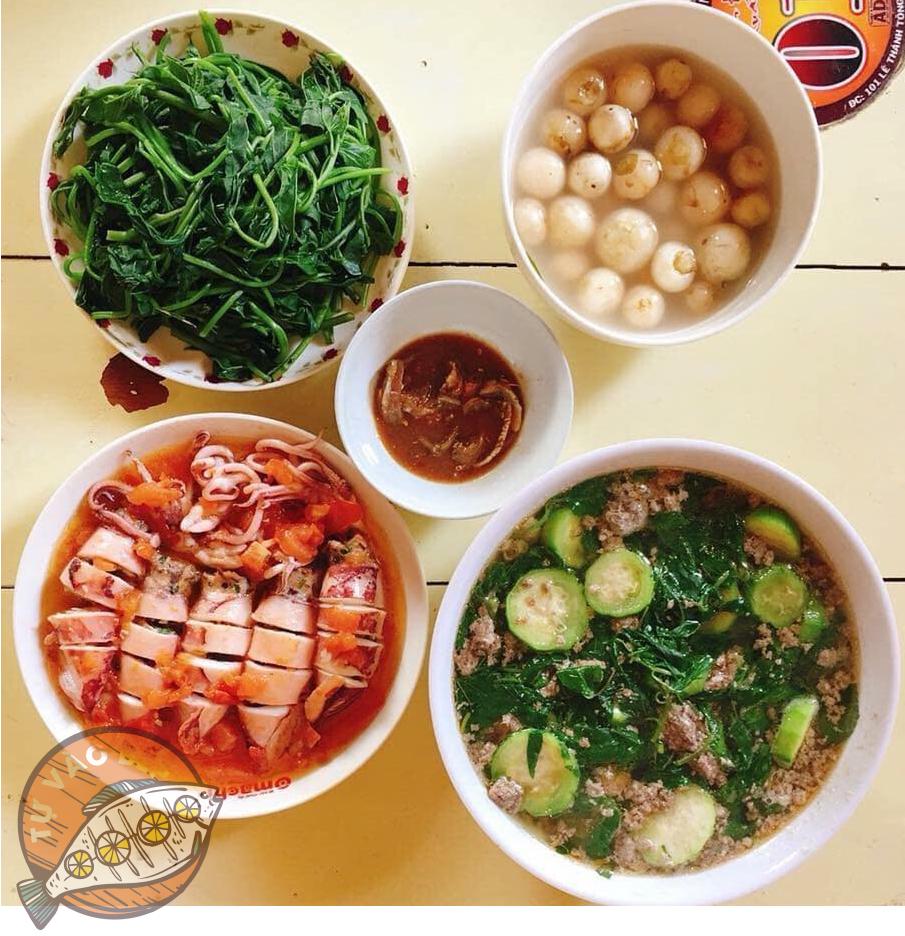 canh cua nấu mướp, rau lang luộc, cà muối, mực nhồi thịt sốt cà chua