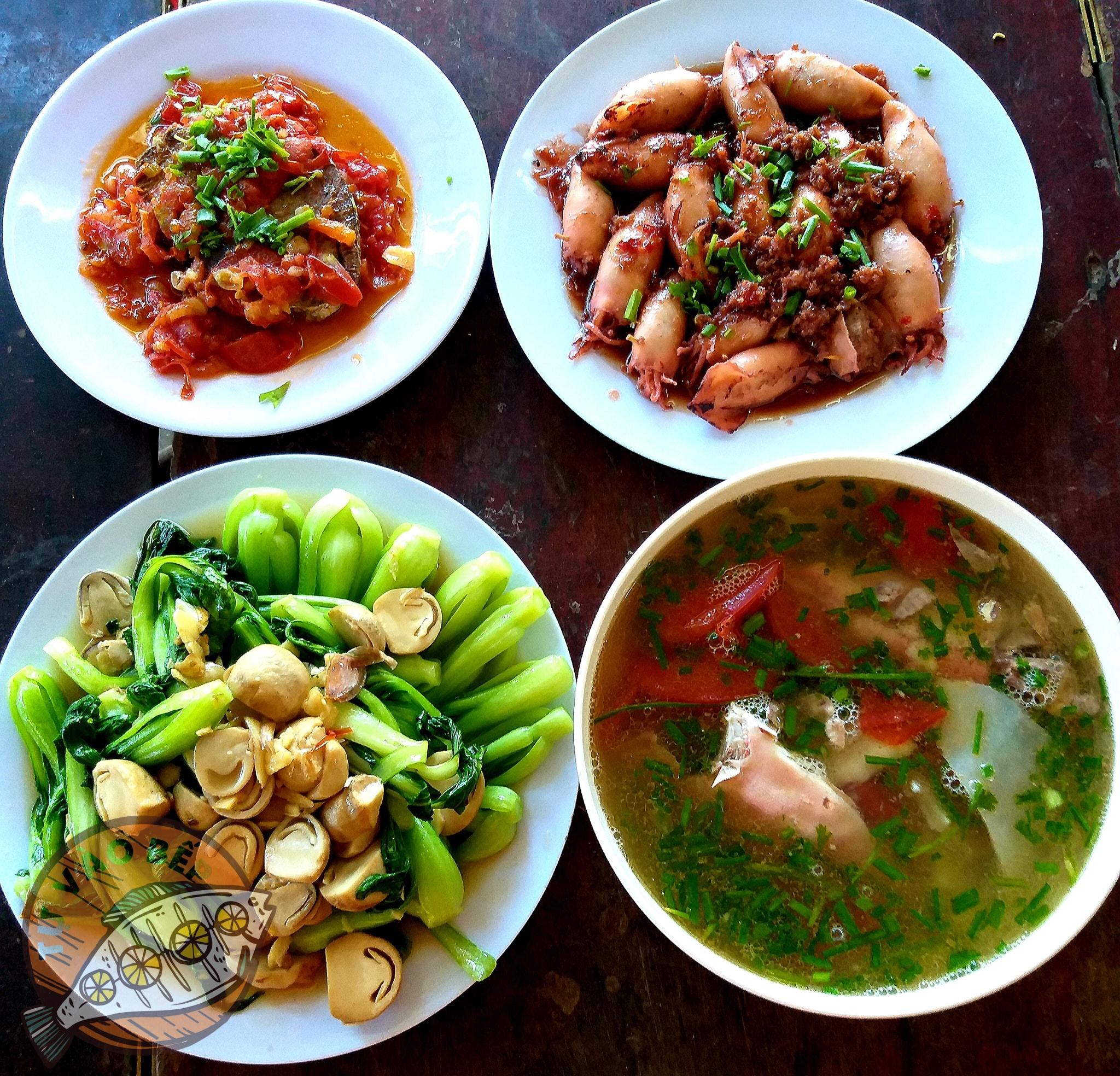 mực dồi rim, rau cải xào nấm rơm, cá chiên sốt cà chua, canh cá nấu riêu