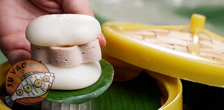 Bánh dày giò kẹp chả với nguyên liệu chính từ nếp trắng ăn cùng giò lụa, chả quế