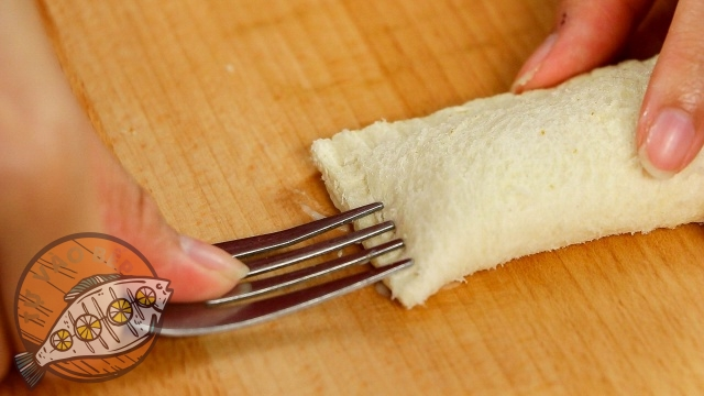 Nhấn mép bánh để kết dính lại với nhau nhờ sữa