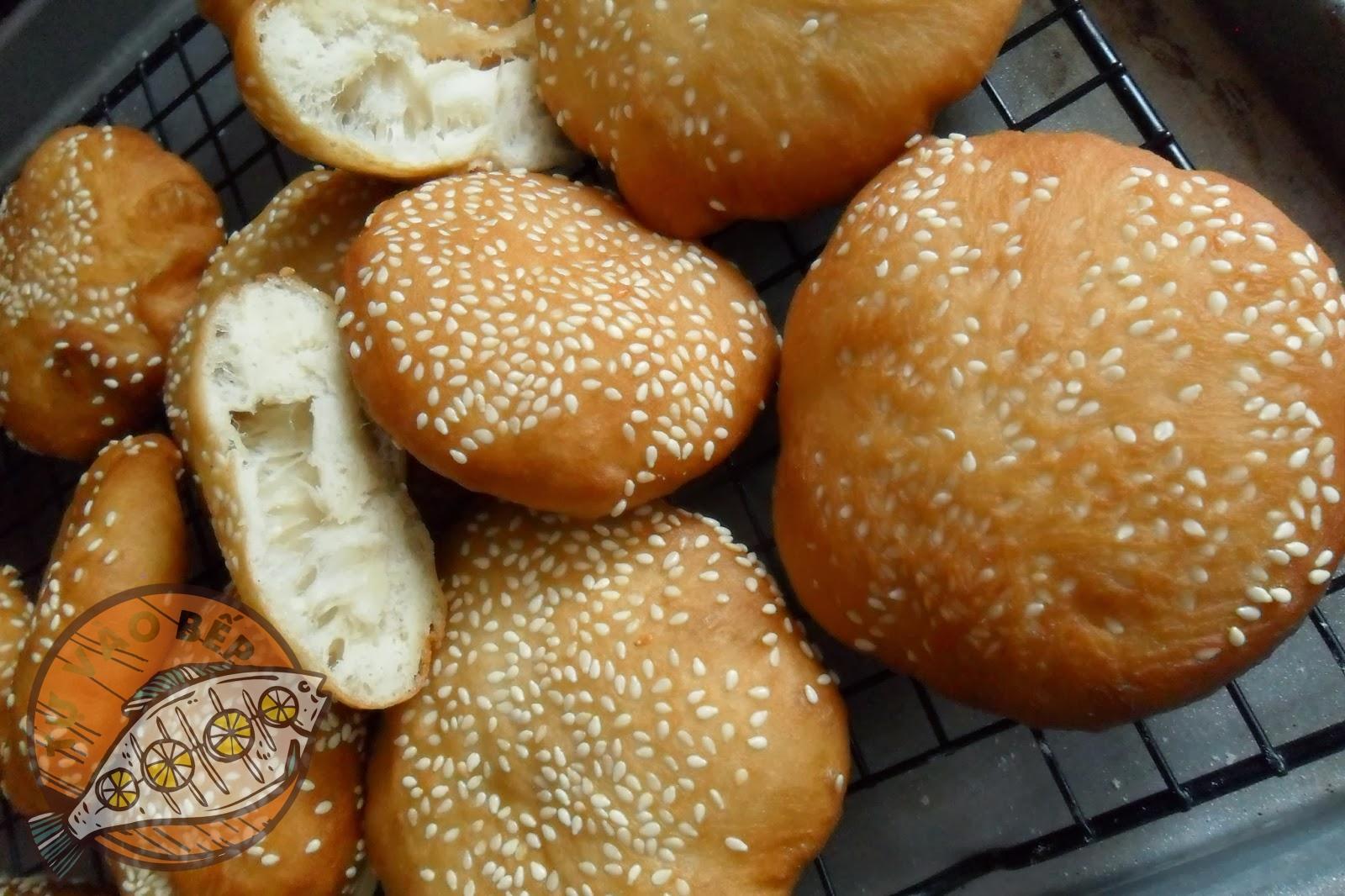 Ruột bánh đặc, phồng, xốp với vỏ bánh vàng đều