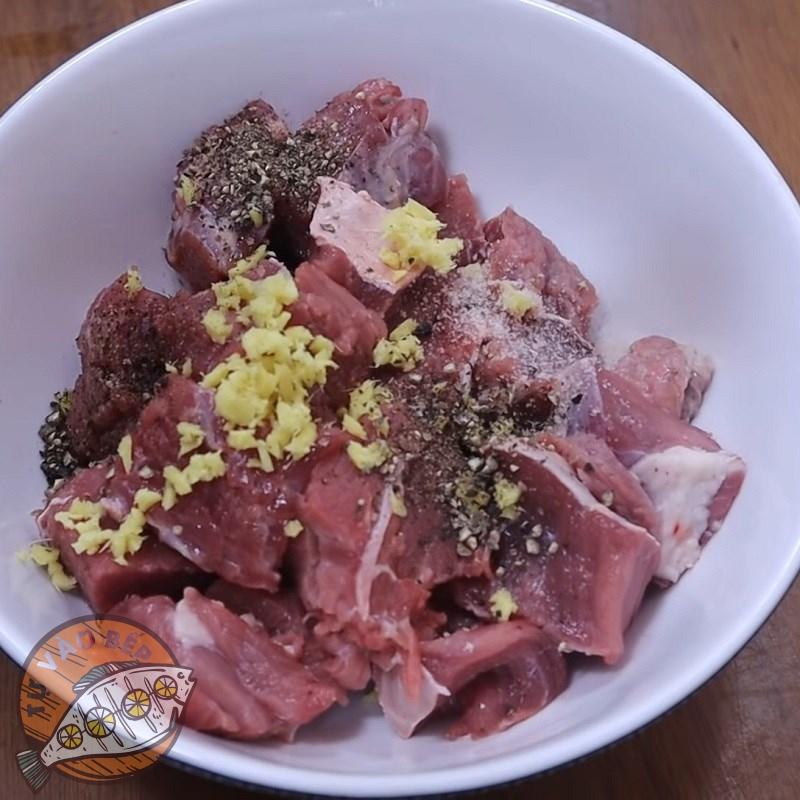 Tẩm ướp gia vị nấu bò kho khoai tây cà rốt