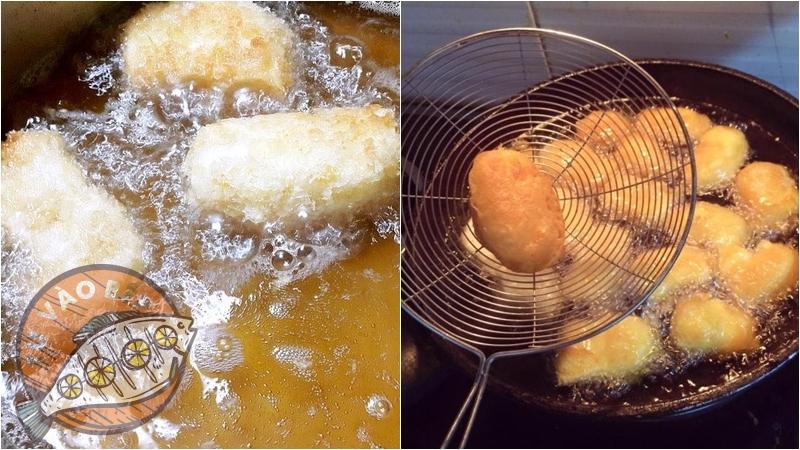 Lăn qua bột và chiên cho đến đến khi các mặt của bánh vàng đều