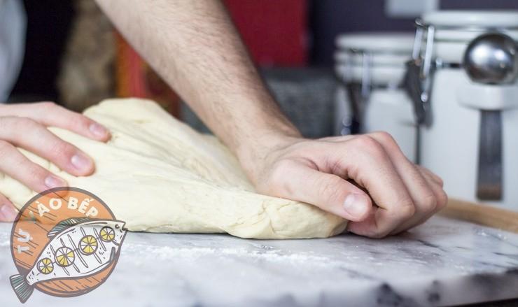 Nhào thật kỹ để bột dẻo mịn không dính tay là đạt