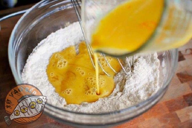 Trộn bột với trứng