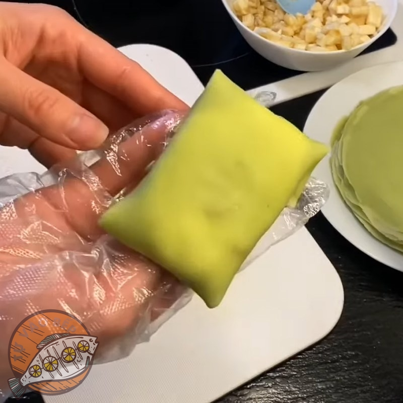 Gấp các mép bánh đối nhau để tạo thành 'một chiếc gối ngọt ngào'