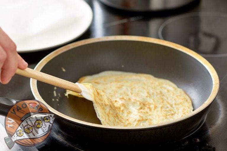 Công đoạn đổ bánh, nướng mặt đầu tiên lâu hơn mặt sau một chút nhé!