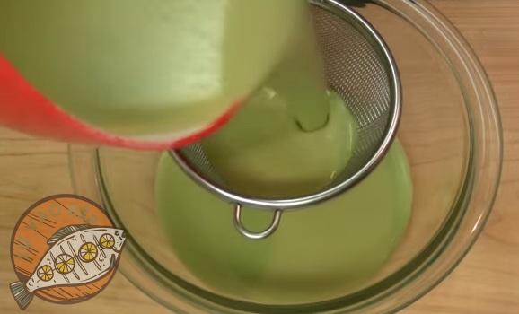 Rây hỗn hợp thật kĩ sẽ giúp bánh mềm mịn hơn khi thưởng thức!