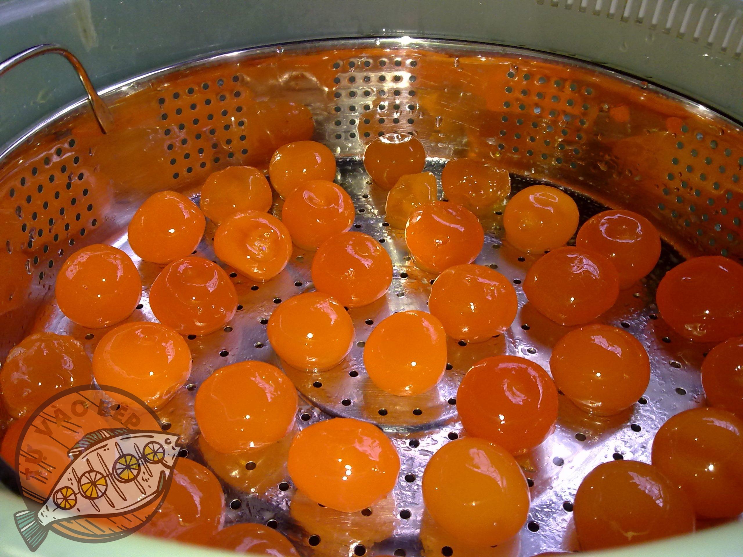 Trứng muối mua về, tách riêng lòng trắng, rửa sạch và hấp trong 5 phút