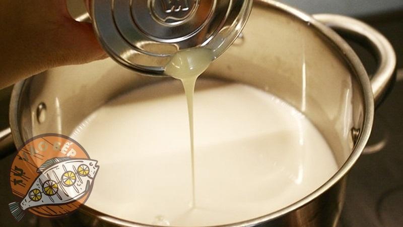 Đổ sữa đặc vào nồi bắc lên bếp khuấy đều