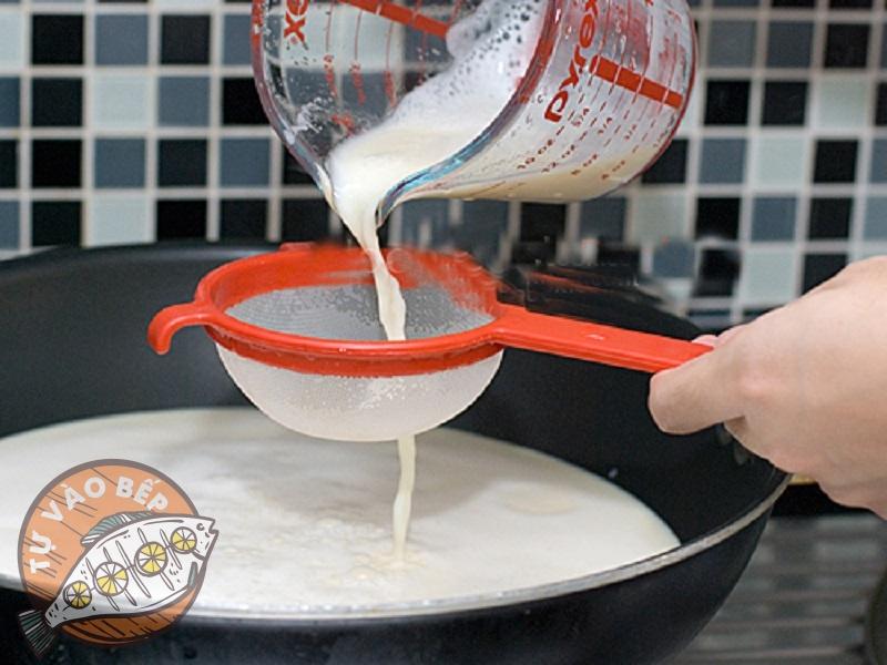Rây hỗn hợp sữa lại một lần nữa để thu được những hũ sữa chua mềm, mịn, sánh dẻo